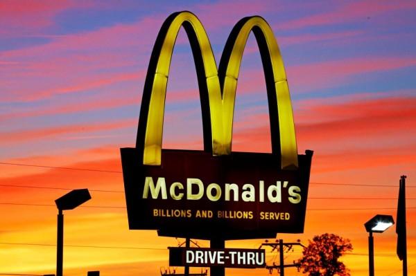 梵蒂岡即將開設當地第一間麥當勞,不過此舉卻激怒了許多主教,這些主教認為麥當勞會讓聖彼得廣場的傳統風格蕩然無存。圖為麥當勞金拱門招牌。(美聯社)