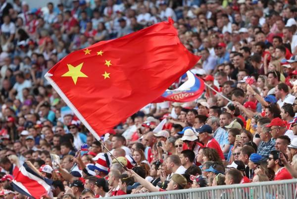 圖為俄國世足小組賽E組比賽期間,中國球迷在觀眾席揮舞中國國旗。(歐新社)