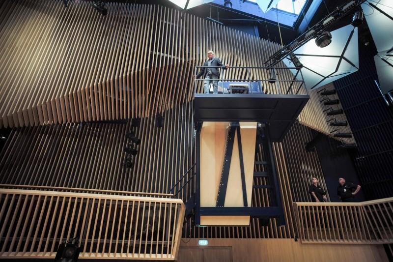 拉脫維亞這架號稱世界最大的鋼琴公開亮相,鋼琴的鋼架高達6公尺,親手打造它的德國製琴師克拉芬斯站在彈奏的位子旁,也顯得渺小。(法新社)