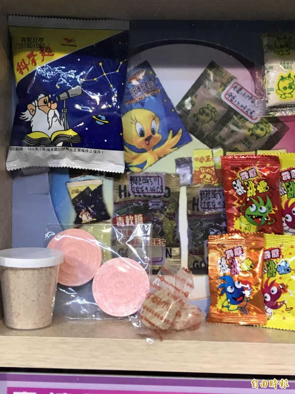 梅餅、泡麵、軟糖、果凍都被變造成毒品,師生、家長難辨識,高市少年隊首創仿真毒品展示區,教戰師生辨毒防毒。(記者黃良傑攝)