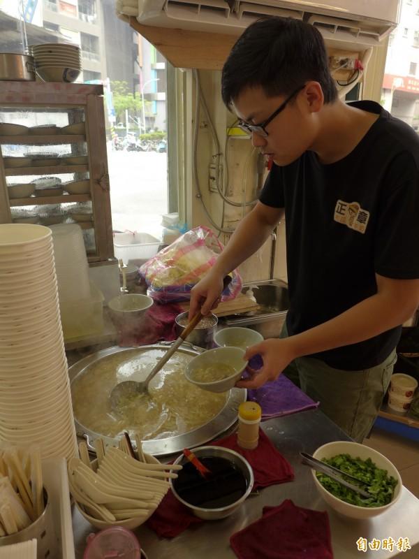 「正章肉圓」店內也供應肉羹麵、肉羹湯。(記者李雅雯攝)