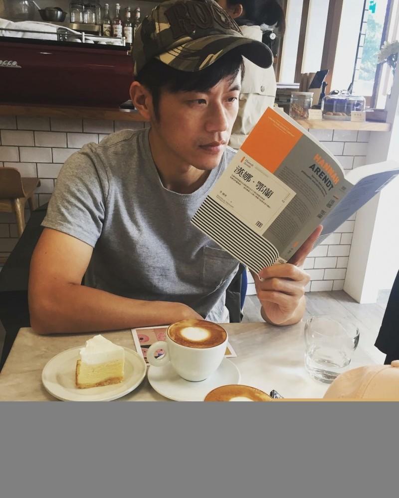焦糖哥哥,被中國盯上,推薦新書被禁。(翻攝臉書)