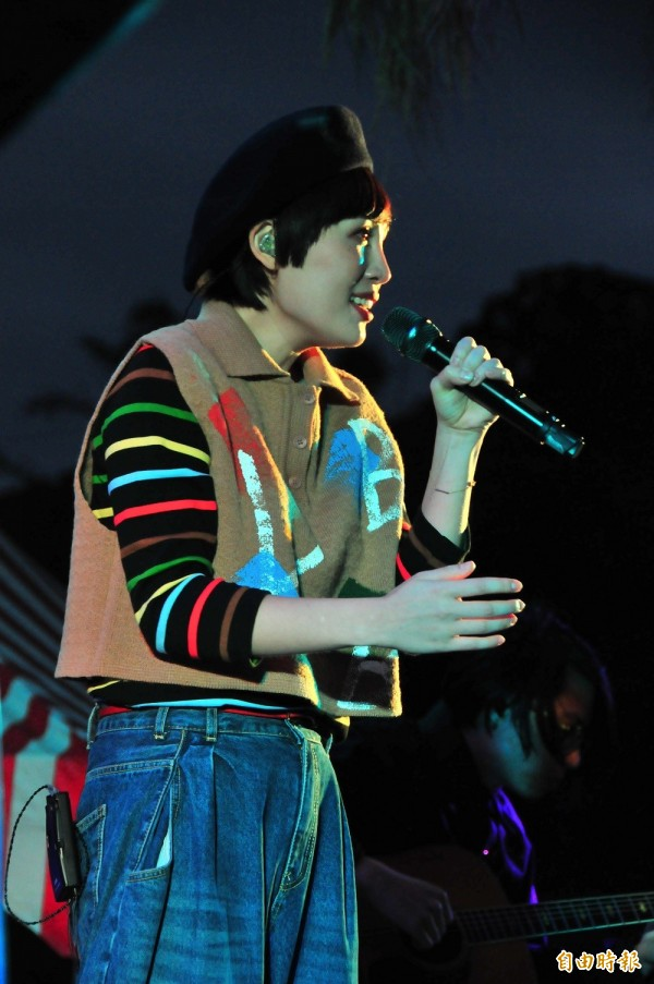 魏如萱回到富里故鄉開唱,歌迷都捨不得她太快唱完,還鼓譟要她「換車票」唱到天亮。(記者花孟璟攝)