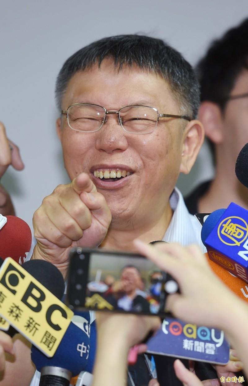 柯文哲酸:「肝硬化通常是喝酒喝太多爆掉」,柯說完還自己大笑。(記者朱沛雄攝)