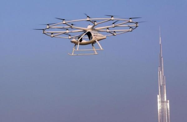 由德國無人機公司「Volocopter」研發的飛行計程車,類似一架小型雙座直升機,頂部的寬闊環架有18個螺旋槳。(路透社)