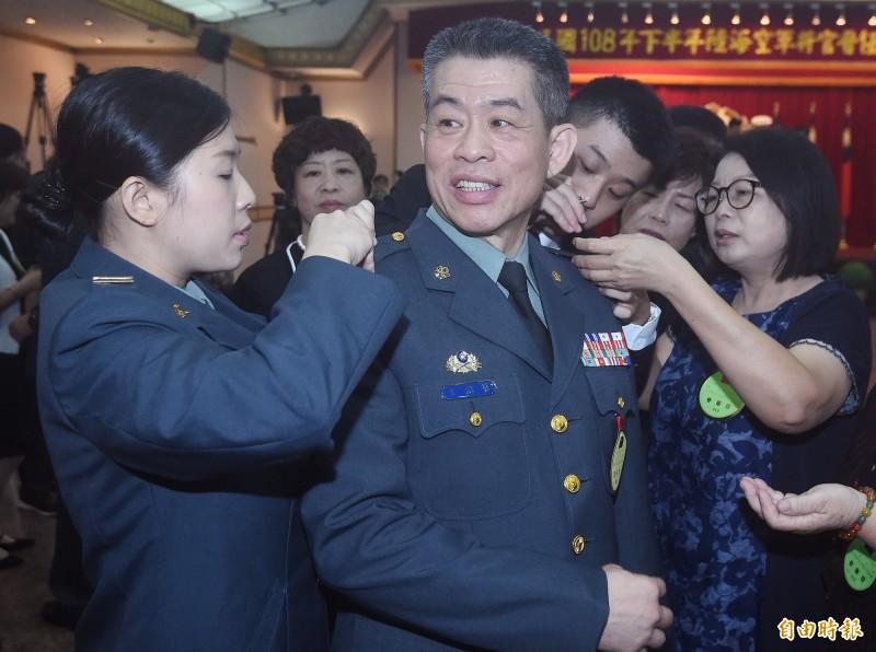 108年下半年陸海空軍將官晉任布達暨授階典禮27日在三軍軍官俱樂部舉行,晉升中將的王紹華(右)由同樣身為職業軍人的女兒王德霖(左)與家人為其整裝。(記者廖振輝攝)