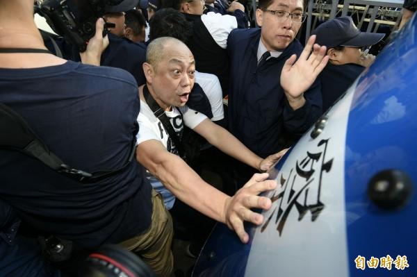 反同團體今日在立法院外與警方爆發衝突。(記者陳志曲攝)
