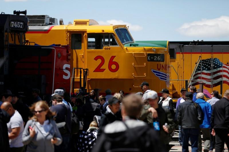 美國猶他州北部今(10)日將舉辦「金色道釘」(Golden Spike)相關活動,揭開美國首條跨州鐵路150周年紀念的序幕。圖為慶典前展示的歷史火車。(路透)