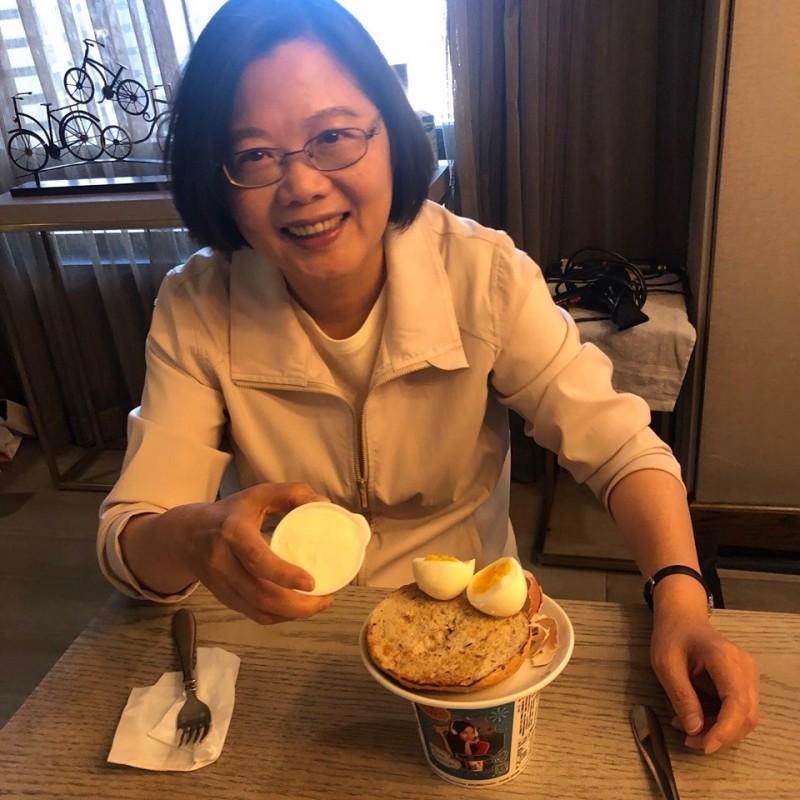 蔡英文在臉書表示,「晚安台灣,早安丹佛!」這幾天出訪吃太多西式餐點,忍不住泡了一碗泡麵。(圖取自蔡英文臉書)
