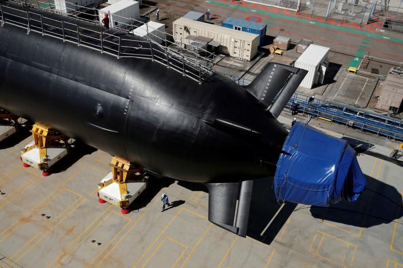 法國海軍最新型核子攻擊潛艦「梭魚級」(Barracuda-class)首艦「敘弗朗號」(Q284)12日下水,明年交付法國海軍展開海試。(路透)