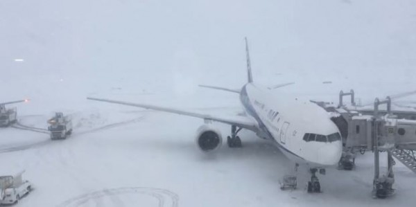 新千歲機場目前仍有3千名旅客受困。(圖擷自網路)
