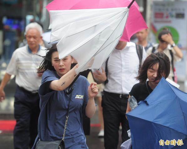 中度颱風瑪莉亞襲台,台北市下午4點開始停止上班上課,晚間風雨將會逐漸加大。(記者王藝菘攝)