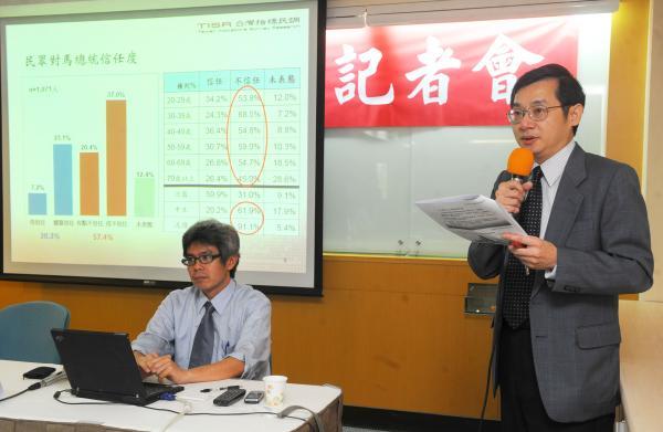 「民眾對馬總統評價、連任後兩岸關係的看法」民調發布記者會中,台灣指標調查研究公司總經理戴立安(右)指出目前民眾對馬英九總統的信任度創下歷史新低。(記者王敏為攝)
