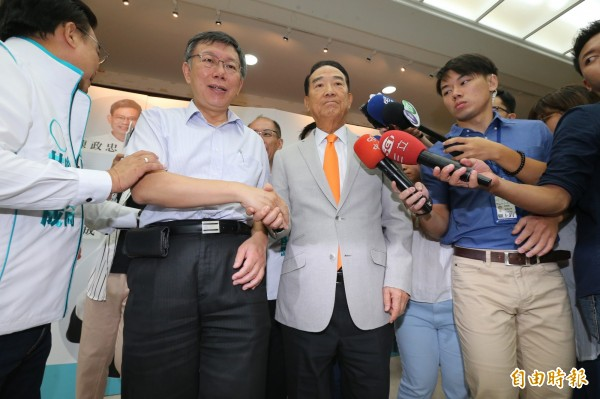 宋楚瑜(左三)與柯文哲(左二)同台。(記者郭安家攝)