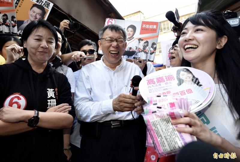 高嘉瑜(右一)表示,就算柯文哲做再多對年輕人不利的政策,年輕人還是支持柯文哲。(資料照)