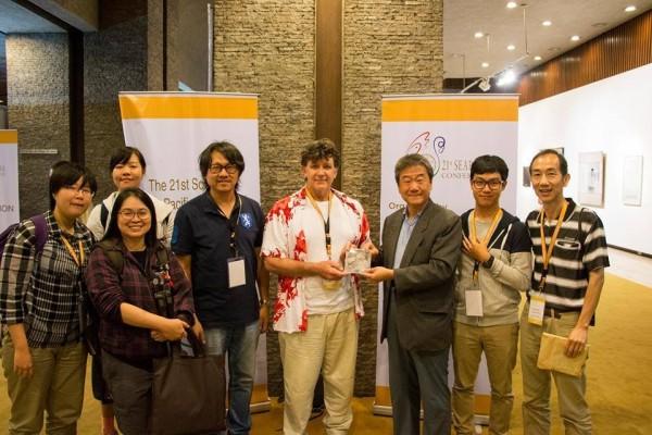 井迎瑞(右3)、南藝大助理教授曾吉賢(右5)代及5位學生應邀參加東南亞暨亞太地區影音資料舘協會在馬尼拉舉辦的年會。(南藝大提供)