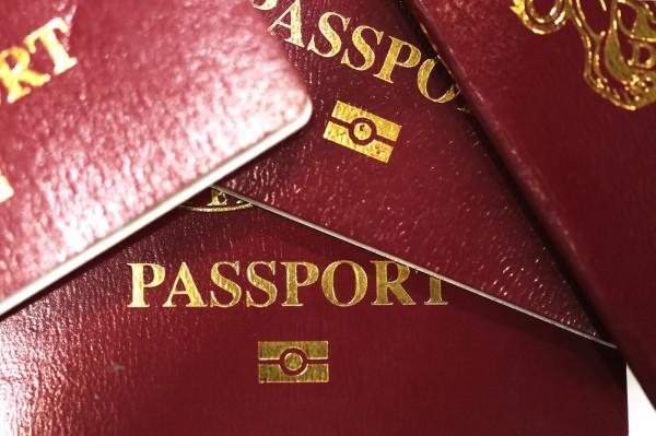 英國有名婦人日前搭機前往印度出差,護照雖然誤拿成丈夫的,但出境時海關人員及航空公司人員都沒發現,直到她飛抵印度要填寫入境資料時才發現不對。(彭博)