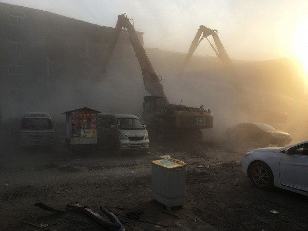 中國北京市大興區大火之後,當地很多民房遭到半夜拆除,斷水斷電,人民流離失所。(法新社)