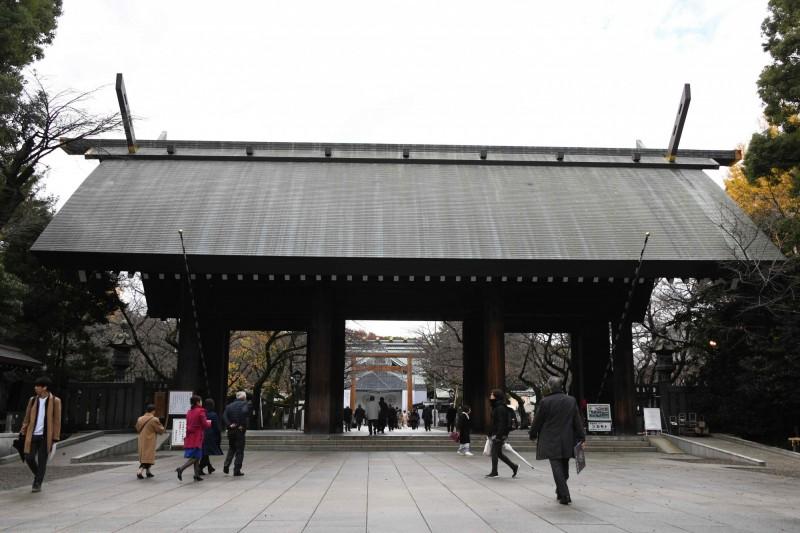 日本靖國神社附近,有男子疑似拿菜刀切腹自殺。(法新社)