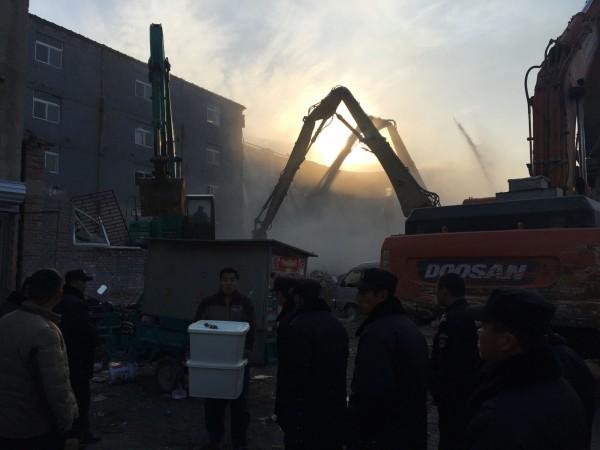 北京大火後,北京外來打低收租戶隨後被撤離,房屋立即拆除。(法新社)