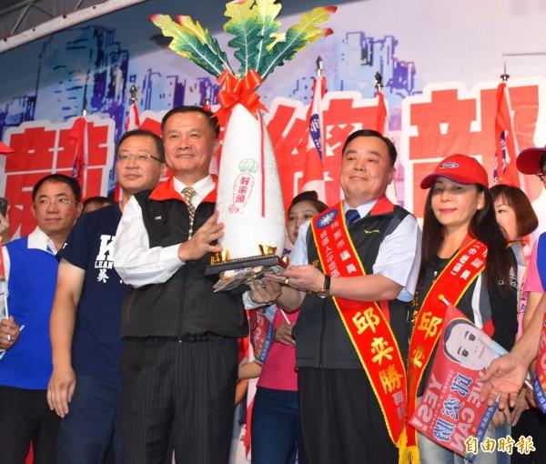 右2為邱奕勝,左3為李曉鐘。(資料照,記者李容萍攝)