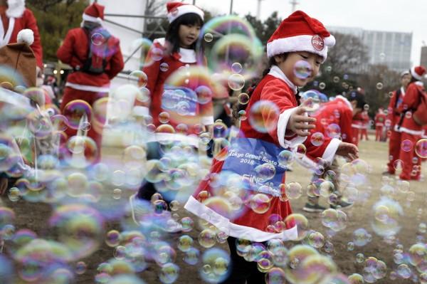 日本東京舉行了耶誕節路跑,大人、小孩都換上了耶誕節服飾。(歐新社)