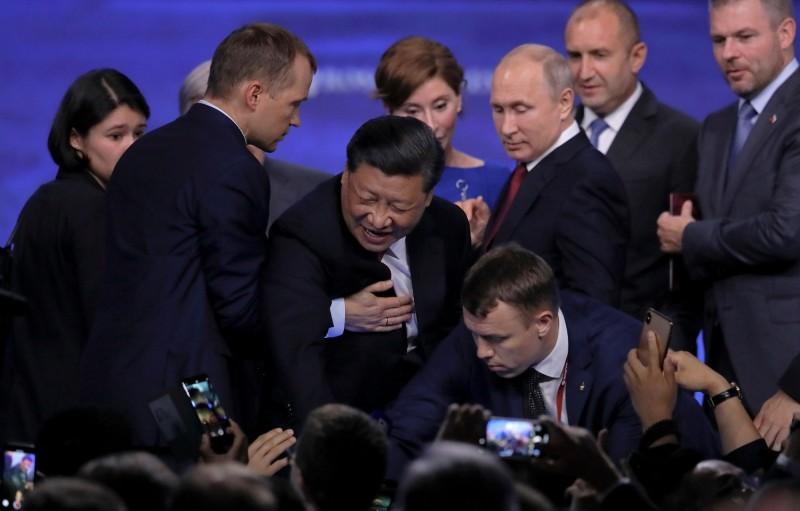 現場一陣騷動,俄羅斯總統普廷也回頭查看,但僅搖搖頭後就走開。(路透)