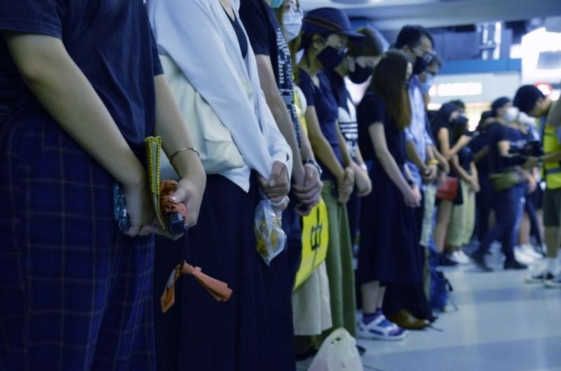 香港元朗721白衣人攻擊市民滿月,民眾再聚元朗車站抗議。(圖擷取自《香港大學學生會學苑即時新聞》臉書)