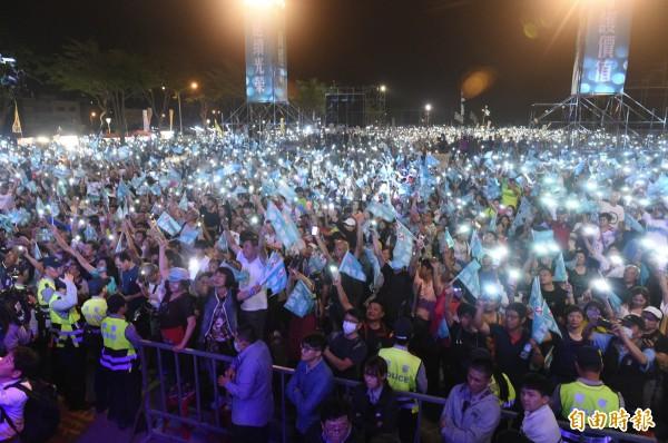 民進黨高雄市長候選人陳其邁昨晚在岡山辦團結造勢晚會,主辦單位宣稱逾10萬名支持者相挺,場面相當熱烈。(記者張忠義攝)