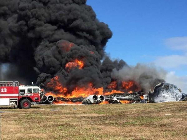 傳美國一架B-52轟炸機墜毀在關島的安德森空軍基地,現場一片烈焰與濃煙,並有消防車抵達現場搶救火勢。(圖擷自❌FrAnky T❌@WarBones_83推特)