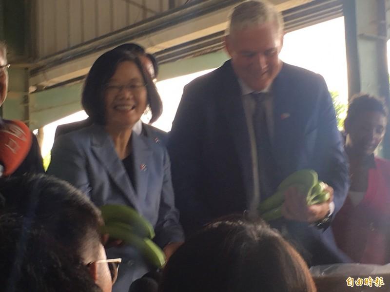 蔡總統視察友邦聖露西亞國的香蕉出口集貨中心,與聖露西亞總理查士納一同在香蕉裝箱盒上簽名。(記者楊淳卉攝)