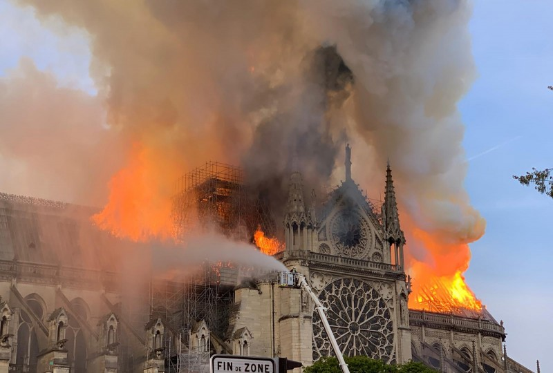 巴黎聖母院陷入火海,消防專家解析這場火災難以灌救的原因主要有3個。(法新社)