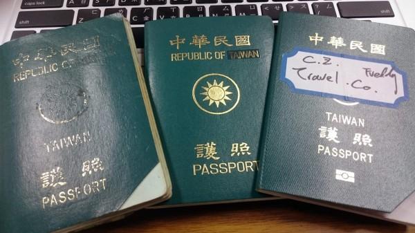 林昶佐公開個人護照遇「CHINA混淆」的三種自救方法:「摳掉CHINA」、「把CHINA貼成TAIWAN」、「把Republic of China整行貼掉」。(圖片擷取自林昶佐官方臉書)