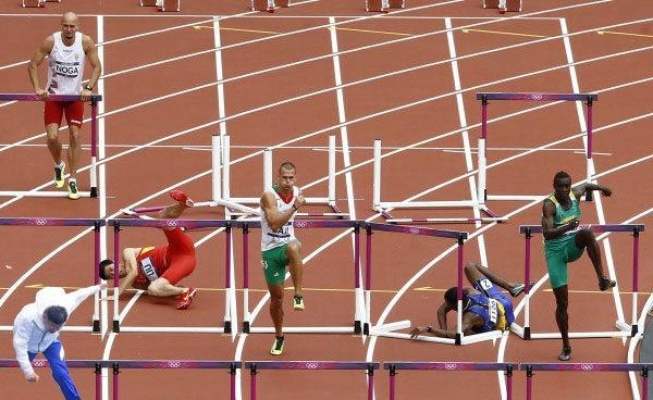 網友將柯P跌倒的姿勢和跨欄選手放在一起,毫無違和感。(圖擷自PTT)
