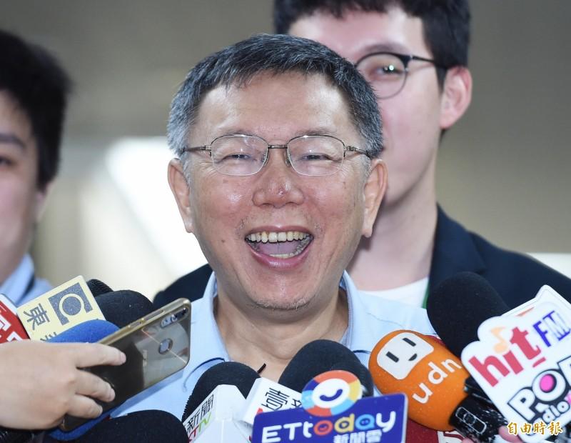 被問到這是否代表白綠可能再度合作,一同對抗鴻海董事長郭台銘與高雄市長韓國瑜?對此柯文哲笑回:「你們做你們的,我做我的,才不要理你們勒!」(資料照)
