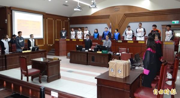 職棒統一獅球員首次遴選為國民法官參與台南地院法官審判模擬案件。(記者王俊忠攝)