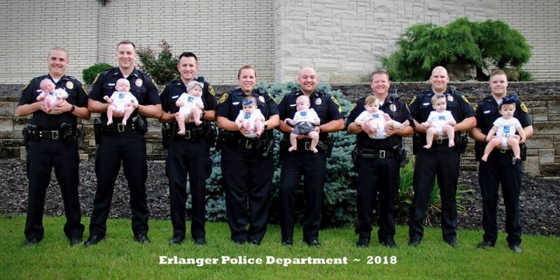 肯塔基州厄蘭格警察局(Erlanger Police Department)7名男警的太太與1名女警在去年幾乎同時生產。(圖擷自Erlanger Police Department臉書)
