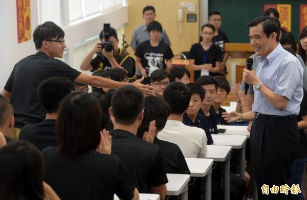 馬英九總統今參加台大政治領袖營活動時接受提問,有學生當面呼籲暫緩實施爭議課綱,遭馬以「沒那麼多問題、頂多100項」為由婉拒。。(資料照,記者王敏為攝)