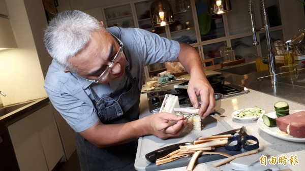 食物造型師徐博宇投入商業攝影近三十年,這十年來則專職在食物美容工作,看似不起眼的早餐店三明治,在他手上也能以完美主義的料理方式,重新做造型。(記者蕭皓文攝)
