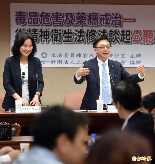 國民黨立委陳宜民(右)、柯志恩(左)8日舉辦「毒品危害及藥癮戒治—從精神衛生法修法談起」公聽會,邀請學者專家與行政單位與會討論。(記者廖振輝攝)