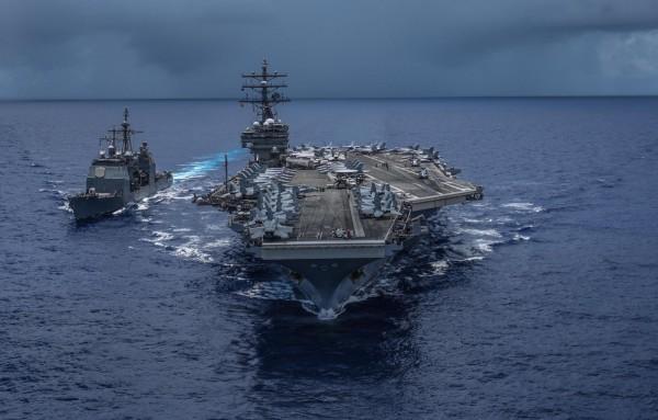 五角大廈未來考慮讓航母戰鬥群穿越台灣海峽,也可能派遣軍艦訪問台灣。圖為美軍航空母艦「雷根號」。(圖擷取自USS Ronald Reagan臉書)