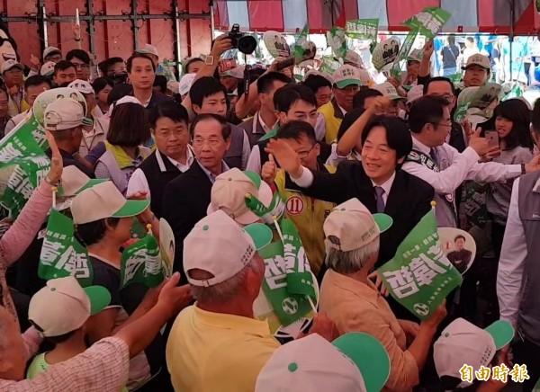 黃偉哲溪北造勢大會在新營區舉行,賴清德與黃偉哲進場時受到數千支持者熱情歡迎。(記者王涵平攝)