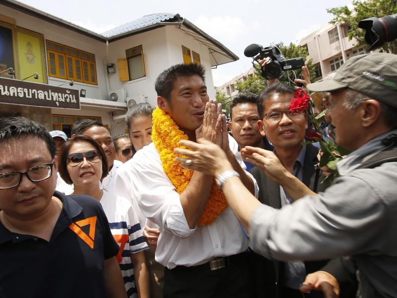 泰國「未來前進黨」黨魁塔納通,今天被泰國軍政府起訴煽動叛亂罪,如果被判有罪,可能面臨長達9年的監禁,支持者紛紛在曼谷辦事處聲援。(EPA)