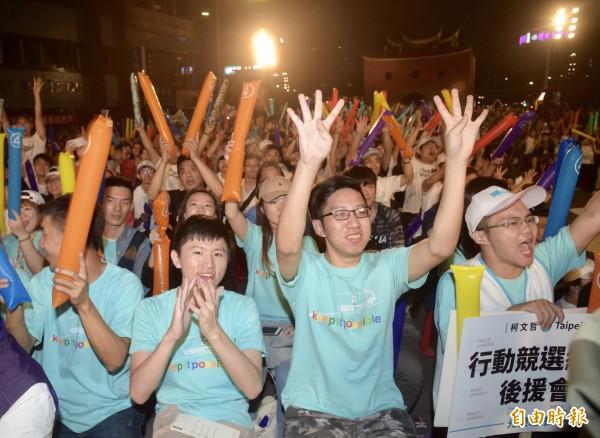 台北市長柯文哲18日在北門廣場舉行行動競選總部光榮城市園遊會,主持人宣布現場群眾超過四萬人。(記者黃耀徵攝)