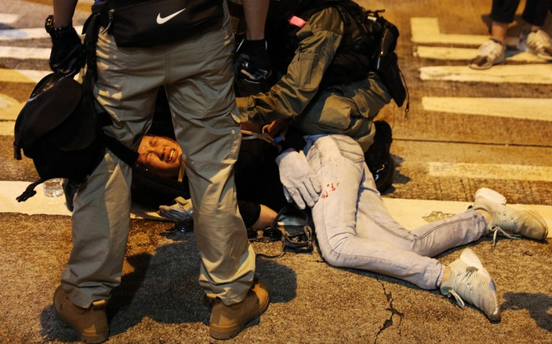 女性示威者遭港警壓制。(歐新社)
