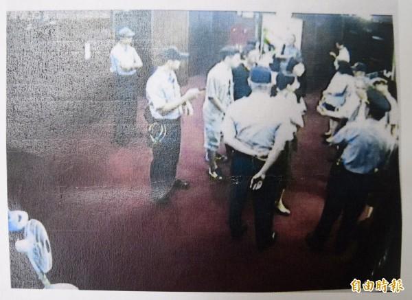 立法院秘書長林志嘉召開記者會,證實中時電子報的水球男是國民黨立委徐志榮助理帶進立法院。記者會公布一行人進入立法院的監視畫面。(記者羅沛德攝)