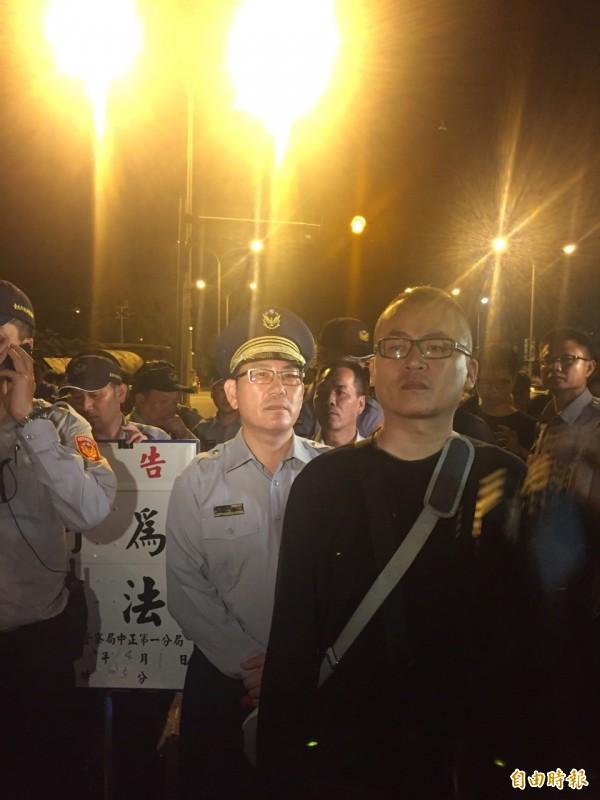 中正警一分局長張奇文第一次要求舉牌。(記者吳張鴻攝)