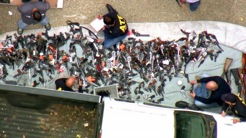 各式槍械一字排開,宛如一場小型的軍火博覽會。(美聯社)