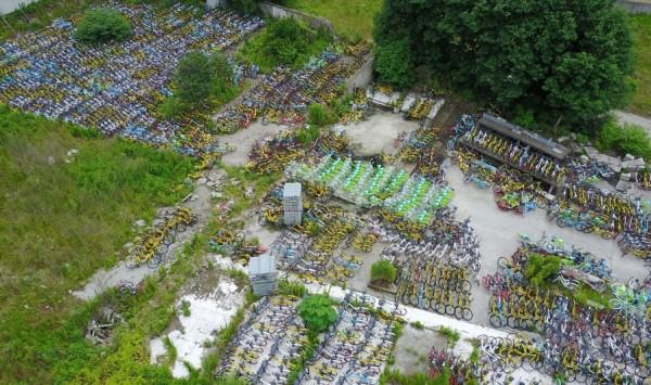 杭州錢江世紀城春和錢塘區西側的一處空地上,空地約有2個足球場大,堆滿共享單車約有上千輛。(圖擷取自新華網)