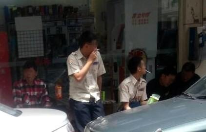 新竹縣政府替代役男今天中午三五成群在馬路邊談天,不僅口中叼菸,還亂丟菸蒂,甚至翹起二郎腿。(記者王駿杰翻攝)